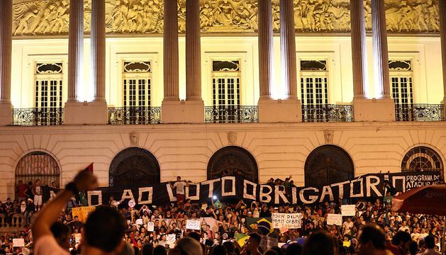 Manifestantes protestan en la plaza Cinelandia, en el centro de Río de Janeiro (Brasil).