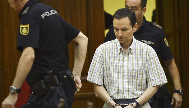 José Bretón, acusado de asesinar a sus dos hijos , entra esposado en la sala este martes