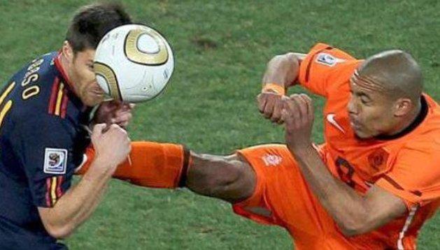 Esta es la famosa patada que recibió Xabi Alonso en la final del Mundial, en donde Howard Webb no sancionó a De Jong con su expulsión