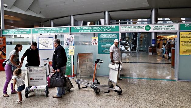 Varias personas caminan por los pasillos de la terminal D del aeropuerto moscovita de Sheremétievo, en Rusia