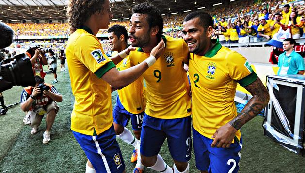 Fred (2º por la dcha.) de Brasil celebra con sus compañeros David Luiz (izda.), Hulk (2º por la izda. y Dani Alves (dcha.) el primer gol de su selección
