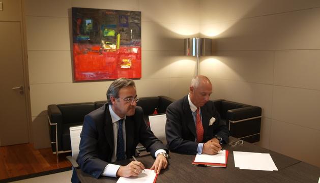 Virgilio Taberner y Javier Taberna firmando el acuerdo.