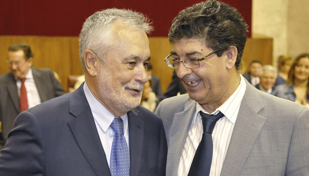 El presidente de la Junta de Andalucía, José Antonio Griñán (i), y el vicepresidente del ejecutivo, Diego Valderas, de IU, este miércoles