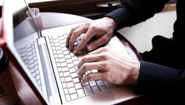 Un hombre navega en internet.