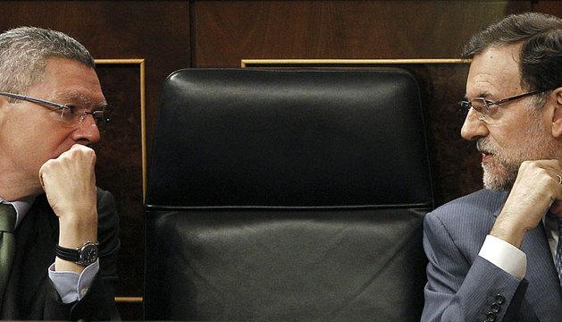 Rajoy conversa en el Congreso con Gallardón.