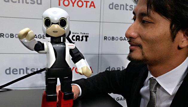 El creador del robot, Tomotaka Takahashi, muestra a Kirobo, que reacciona a su voz, en Tokio