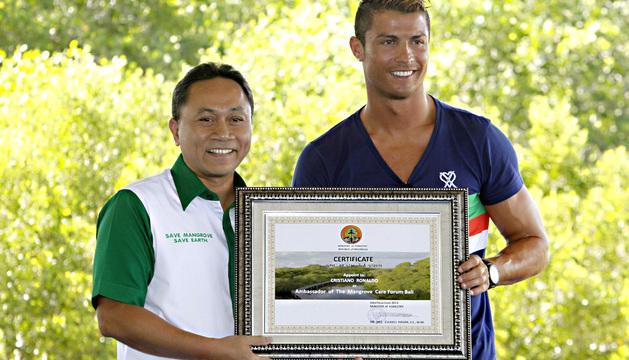 Cristiano Ronaldo (dcha) recibe un certificado como nuevo embajador del Foro para la conservación de los manglares de manos del ministro indonesio de Bosques, Zulkifli Hasan (izda), este miércoles en Bali