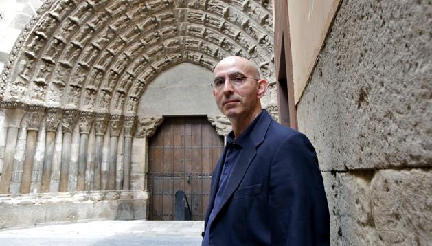 Javier Martínez Lavilla, ante la Puerta del Juicio de Tudela.