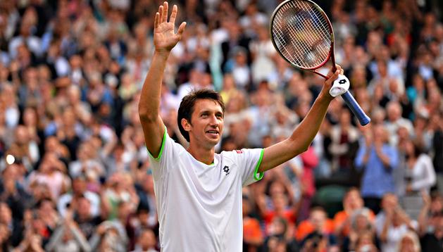 El ucraniano Sergiy Stakhovsky celebra su triunfo sobre el suizo Roger Federer en Wimbledon