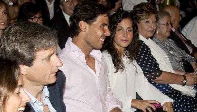 El tenista Rafa Nadal (2i), junto a su novia Xisca Perelló (3i), en el concierto de Julio Iglesias, este miércoles en els Jardins de Pedralbes, en Barcelona