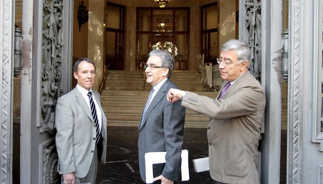El rector de la Universidad Autónoma de Madrid, José María Sanz (c), y otros miembros de la comisión permanente de la Conferencia de Rectores de Universidades Españolas (CRUE)