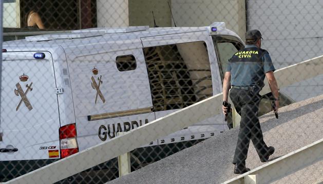Vista del furgón de la Guardia Civil que traslada al extesorero del Partido Popular, Luis Bárcenas, a su llegada a la cárcel de Soto del Real