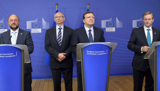 (De izda a dcha) El presidente del Parlamento Europeo Martin Schulz, el comisario europeo de Presupuesto Janusz Lewandowski, el presidente de la Comisión Europea José Manuel Durao Barroso y el primer ministro irlandés Enda Kenny, este jueves en Bruselas
