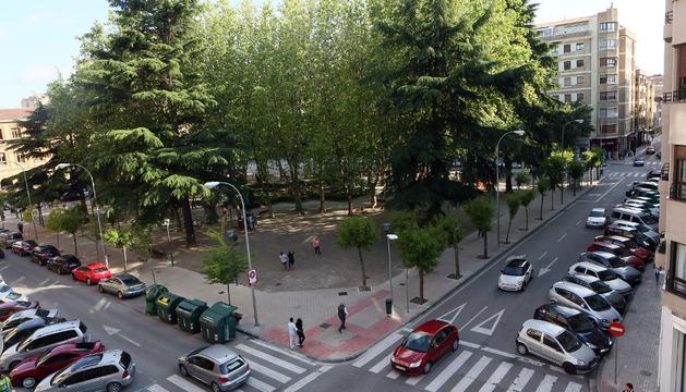 La primera fase del parking afectaría a la calle Navarro Villoslada, a la derecha, y a los árboles del perímetro exterior.