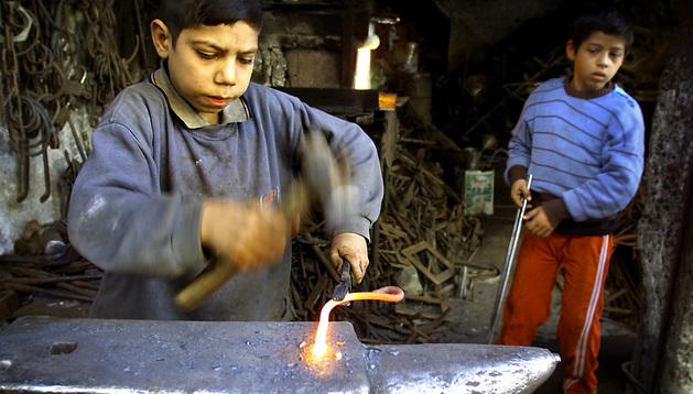 Dos niños trabajando