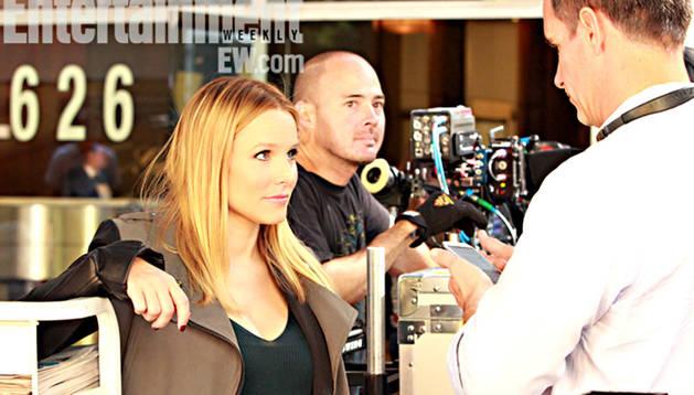 Kristen Bell, la actriz que da vida a la famosa detective, junto a  parte del equipo técnico de la película