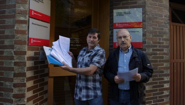 José Ángel Vidarte y Julen Mendiguren, en la entrega de firmas.