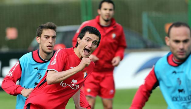 Joseba Llorente, en el centro de la foto, durante un entrenamiento con Osasuna