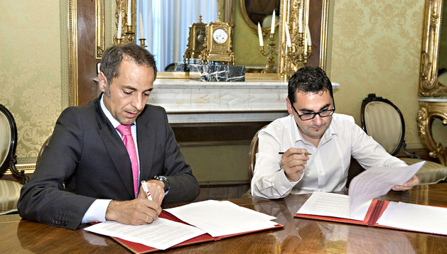 El consejero Sánchez de Muniáin y Rodríguez firman el convenio de colaboración.