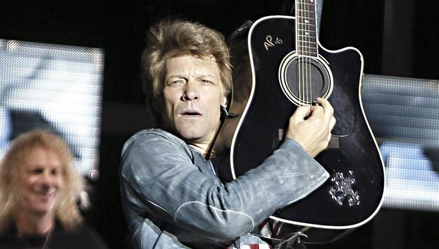 El músico estadounidense John Bon Jovi durante el concierto ofrecido este jueves por la noche en el estadio Vicente Calderón