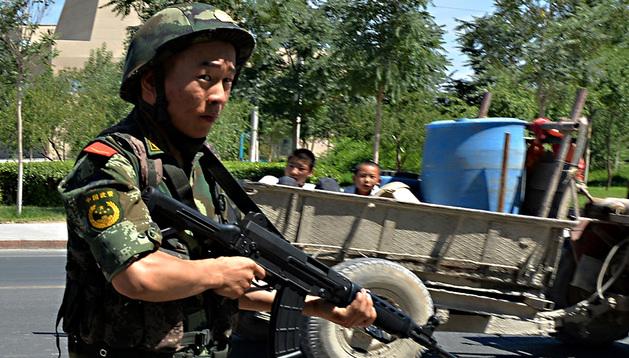 Un policía paramilitar chino en Lukqun, provincia de Xinjiang, este viernes 28 de junio