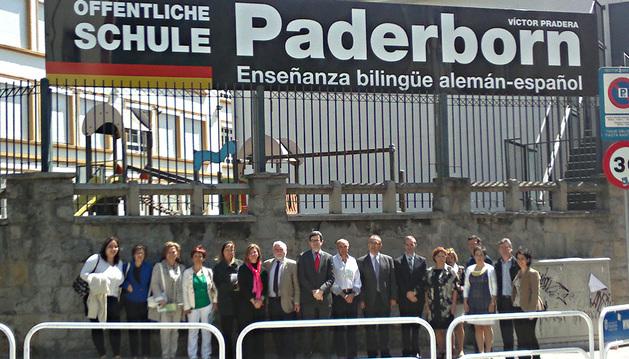 El consejero Iribas, en el centro, con el alcalde Maya y representantes del colegio Víctor Pradera y de la Sociedad Hispano Alemana.