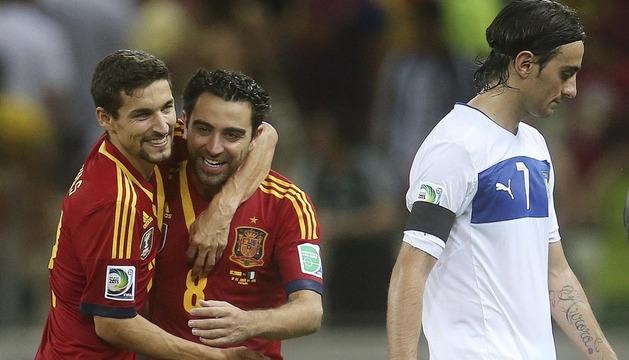 El jugador de la selección española Jesús Navas (i) es felicitado por Xavi (c) tras marcar el penalti definitivo