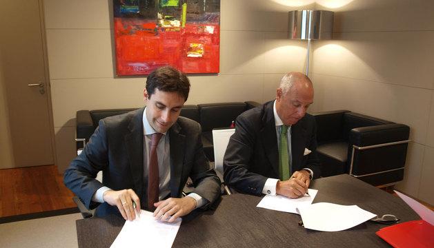 Ricardo Goñi y Javier Taberna firman el convenio.