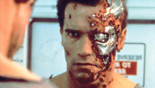 Arnold Schwarzenegger caracterizado como Terminator