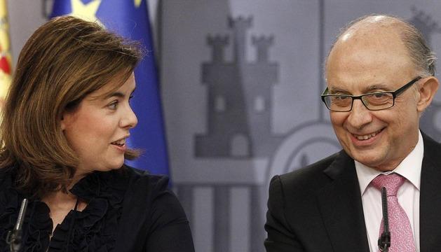 La vicepresidenta del Gobierno, Soraya Sáenz de Santamaría, y el ministro de Hacienda y Administraciones Públicas, Cristobal Montoro