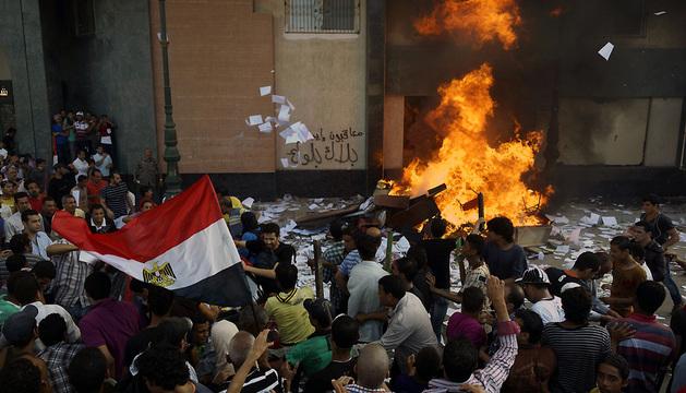 Varios detractores del presidente de Egipto, Mohamed Mursi, prenden fuego a la oficina de la hermandad musulmana en Alejandría.
