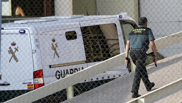 Vista del furgón de la Guardia Civil que trasladó al extesorero del Partido Popular, Luis Bárcenas, a su llegada a la cárcel de Soto del Real, en Madrid