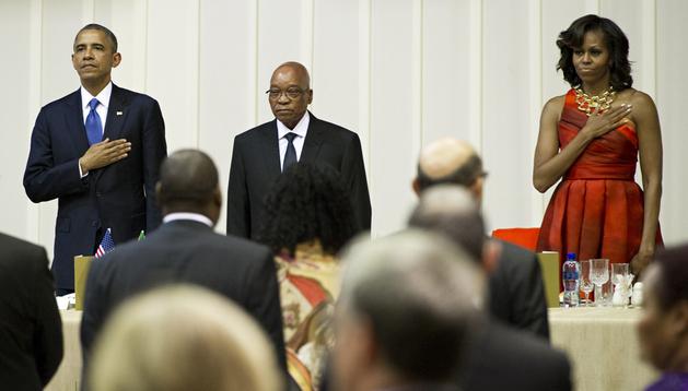 El presidente sudafricano, Jacob Zuma (centro) junto a Barack Obama (izda.) y Michelle Obama durante la cena oficial ofrecida en Pretoria