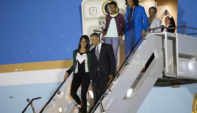 Barack Obama, su esposa Michelle, y sus hijas Malia y Sasha, a su llegada a la Base Área de Waterkloof, cerca de Pretoria.