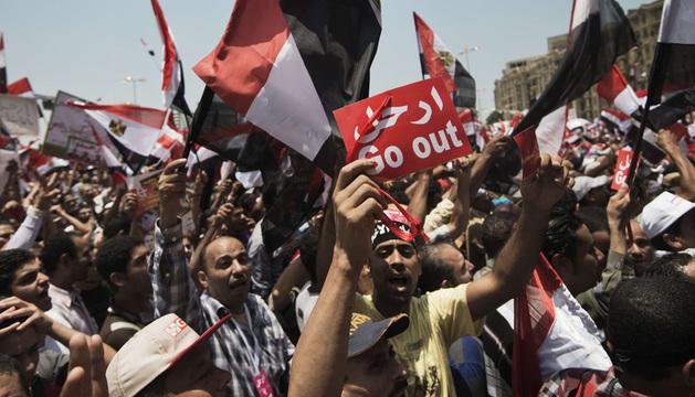 Egipcios protestan contra el presidente Mursi este domingo en la plaza Tahrir de El Cairo