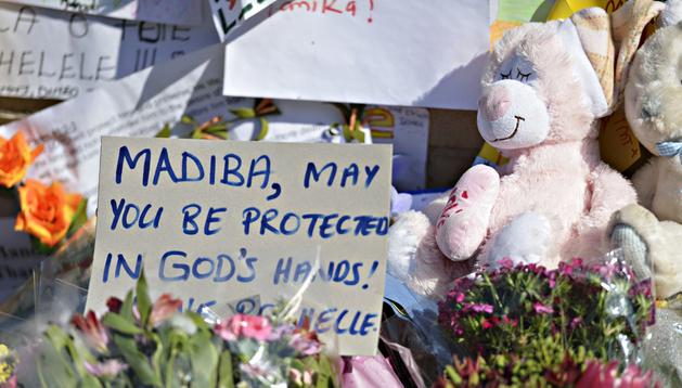Mensajes de apoyo del pueblo sudafricano a las puertas del hospital Mediclinic Heart, donde se encuentra ingresado Mandela