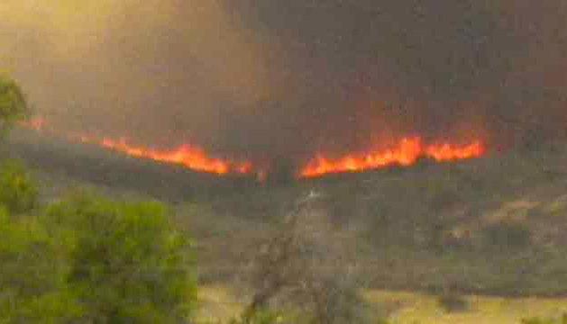Imagen de una televisión americana del fuego cerca de Yarnell.