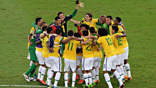 Los jugadores de la selección brasileña celebran sobre el césped el triunfo en la final de la Copa Confederaciones tras vencer 3-0 a España