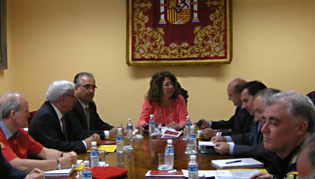Carmen Alba, flanqueada por Enrique Maya y Javier Morrás, antes de la reunión de coordinación de la Junta de Seguridad celebrada este lunes por la mañana