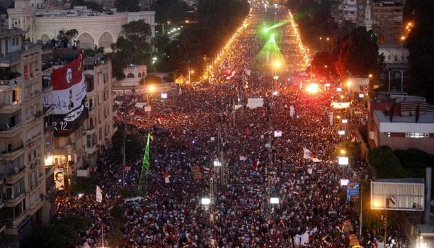 Cientos de personas se manifestaron frente al palacio presidencial en El Cairo en contra del Gobierno de Mursi.
