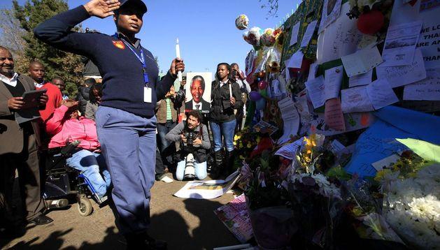 Miembros de la policía sudafricana participan en una ceremoniaen la que se rezó por la salud de Nelson Mandela.