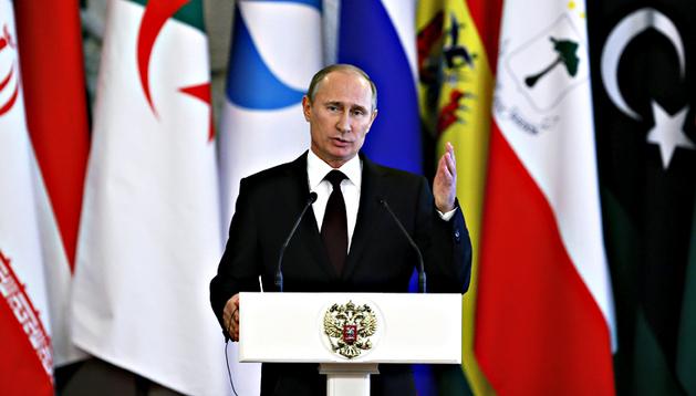El presidente Rusia, Vladímir Putin, comparece durante una rueda de prensa ofrecida en el marco de la cumbre del Foro de los Países Exportadores de Gas, celebrado en Moscú