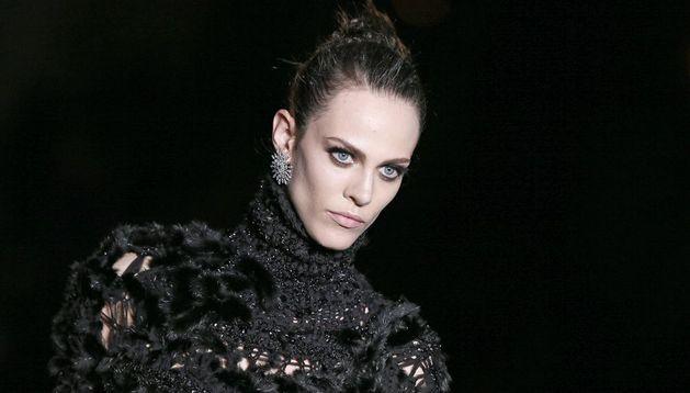 Una modelo desfila con una prenda de Versace.