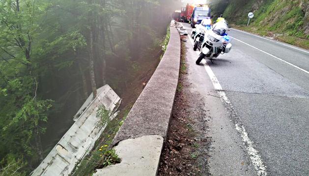 Imagen facilitada por la Guardia Civil de las patrullas que atendieron al accidente del camión, caído por un terraplén, en el puerto de Belate