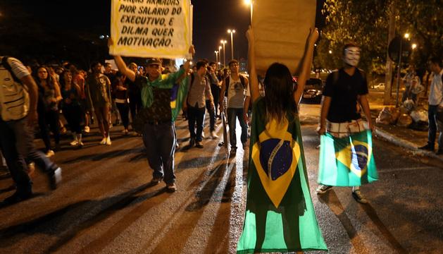 Un grupo de manifestantes protesta para pedir mayor inversión pública en educación y salud, en Brasilia.