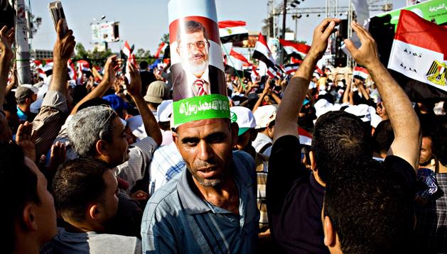 Egipcios participan en una manifestación para apoyar al presidente del país, Mohamed Mursi, a las afueras de la mezquita Rabaa Adawiya en El Cairo