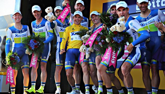 Simon Gerrans (centro, de amarillo) celebra junto a sus compañeros del equipo Orica la victoria en la crono del Tour
