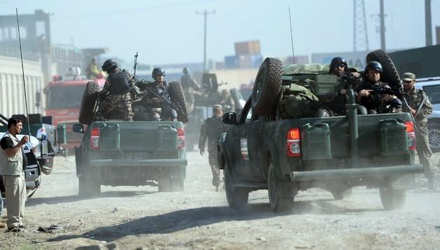 Las fuerzas de seguridad de Afganistán llegan al lugar del atentado.