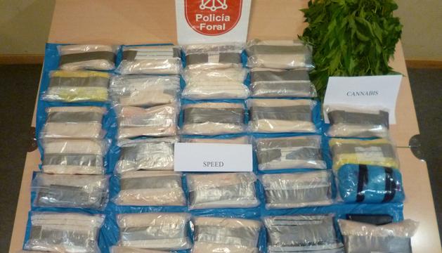 Paquetes de speed incautados y parte de la marihuana decomisada