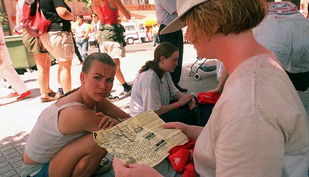 Una turista consulta un mapa en la Plaza del Castillo tras el chupinazo.